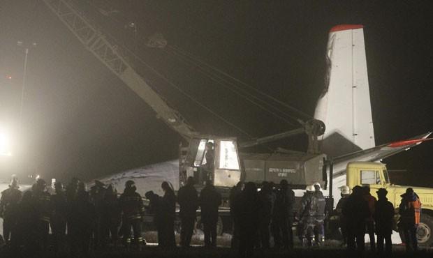 Guindaste é acionado perto do bimotor danificado Antonov 24 próximo ao aeroporto em Donetsk, nesta quarta-feira (13).  (Foto: Stringer/Reuters)