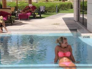 Turista em piscina de hotel em Abu Dhabi; biquínis são permitidos, mas não topless (Foto: Flávia Mantovani/G1)