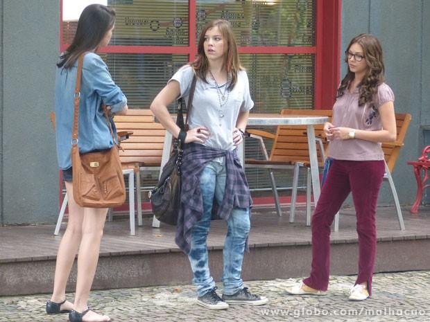 Plano descoberto, marrentinha! A Ju vai escutar a Lia contando pra Luana que vai visitar o Sal (Foto: Malhação / Tv Globo)