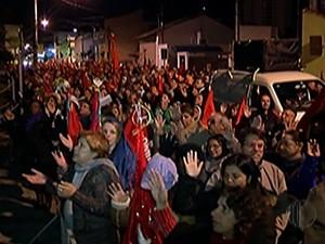 Devotos do Divino visitam Santa Casa e oram pelos doentes durante Alvorada (Foto: Reprodução/TV Diário)