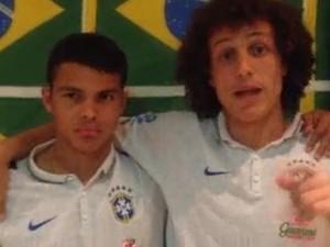 Thiago Silva e David Luiz convocam torcida para cantar abraçada (Foto: Ferruccio Feitosa/Divulgação)