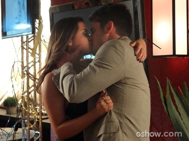 Após declaração de amor, André tasca beijão em Bárbara (Foto: Em Família)