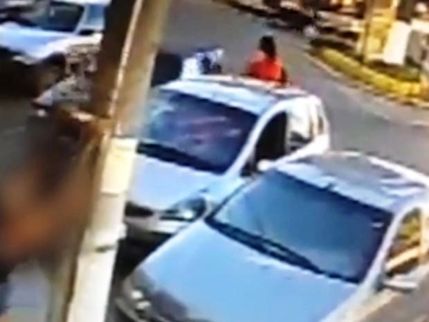 Câmera flagra furto de passarinho em Pitangui (Foto: Circuito externo de loja/Divulgação)