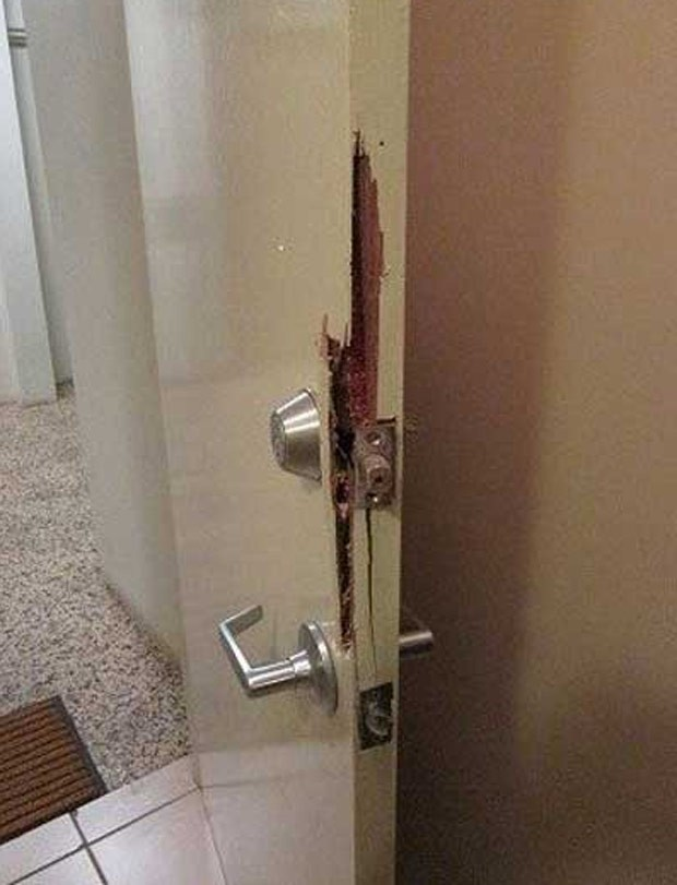 Homem alcoolizado arrombou a porta do apartamento errado em Darwin (Foto: Reprodução/Twitter/Northern Territory)