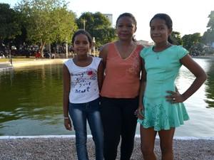 Antônia Souza levou as filhas para a Floriano Peixoto (Foto: Abinoan Santiago/G1)