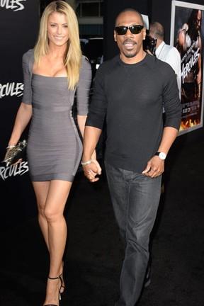 Eddie Murphy e Paige Butcher em première em Los Angeles, nos Estados Unidos (Foto: Robyn Beck/ AFP)