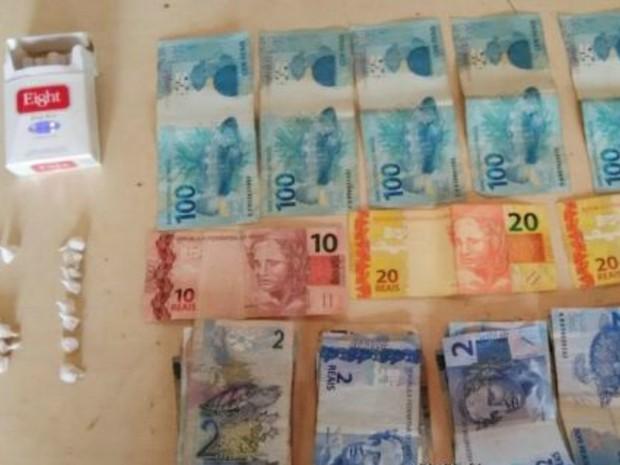 Foram encontrados R$ 670 em dinheiro e uma nota de 2 mil Guaranis, moeda Paraguaia (Foto: Alerta Rolim/Reprodução)
