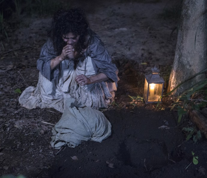 Antônia enterra a cabeça de Tiradentes (Foto: Felipe Monteiro/Gshow)