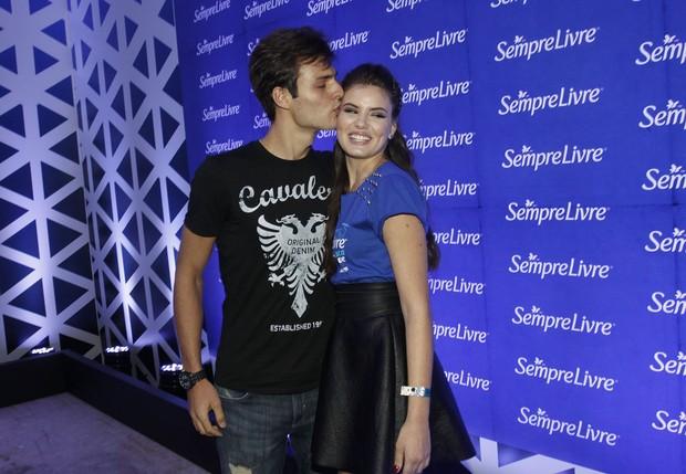 Camila Queiroz e o namorado (Foto: Celso Tavares/EGO)