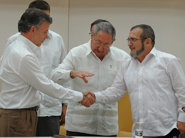 As negociações com as Farc foram intermediadas pelo presidente de Cuba, Raúl Castro (Foto: AFP Photo/Yamil Lage)
