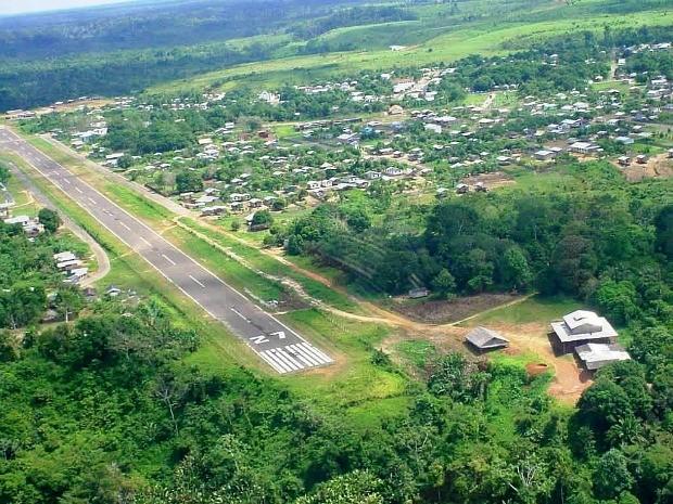 Pista de pouso fica na área central da cidade de Pauini (Foto: Alex Mamed)
