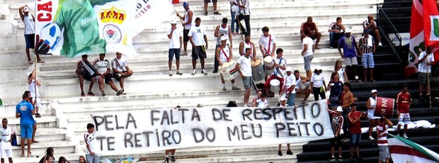 torcida do Fluminense protesto faixa (Foto: Edgard Maciel )
