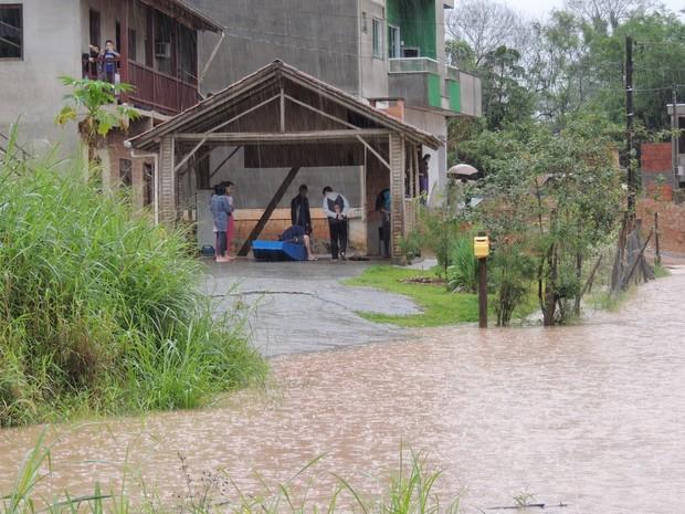 A casa ficou alagada e os moradores precisaram da ajuda de barcos para sair (Foto: Diego Madruga)