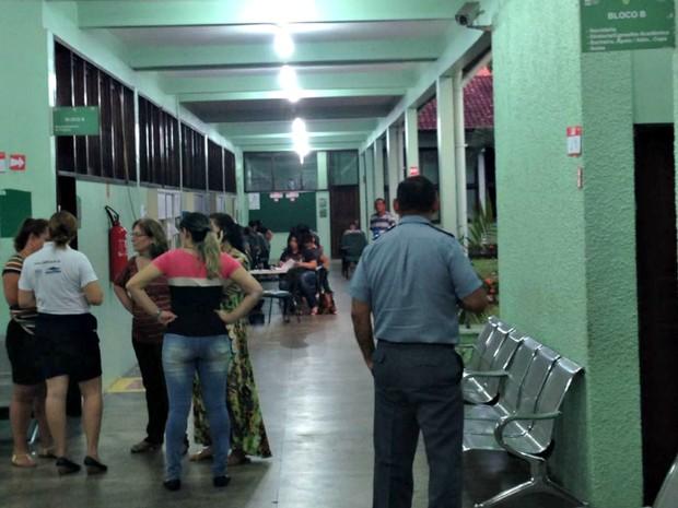 Prova 'improvisada' em corredor foi solução após apagão na capital (Foto: Indiara Bessa/G1 AM)