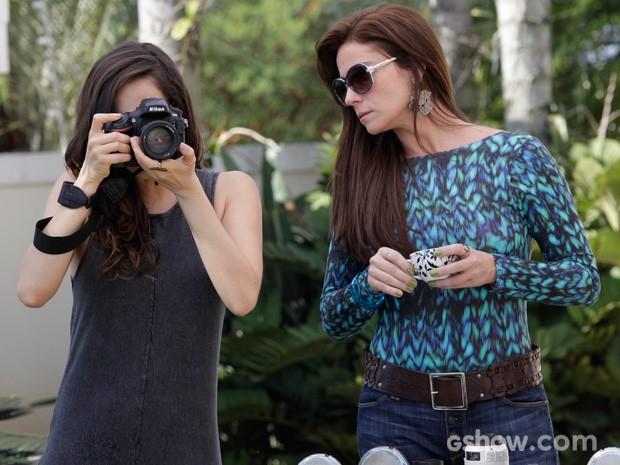 Clara ajuda Marina durante ensaio de Branca (Foto: Raphael Dias/TV Globo)