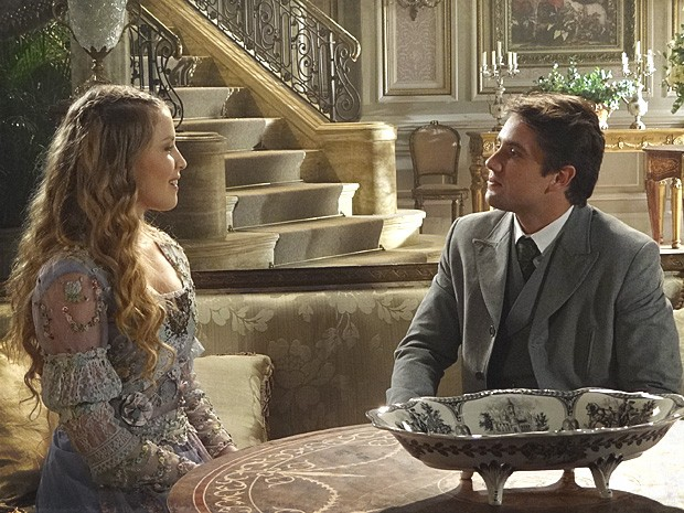 Albertinho diz a Esther que está disposto a deixar tudo para trás (Foto: Lado a Lado / TV Globo)