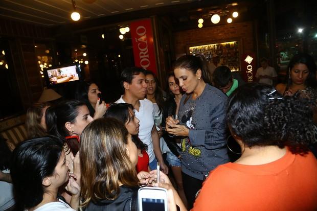 Ivete Sangalo atendeu os fãs na saída do restaurante (Foto: Marcello Sá Barretto / AgNews)