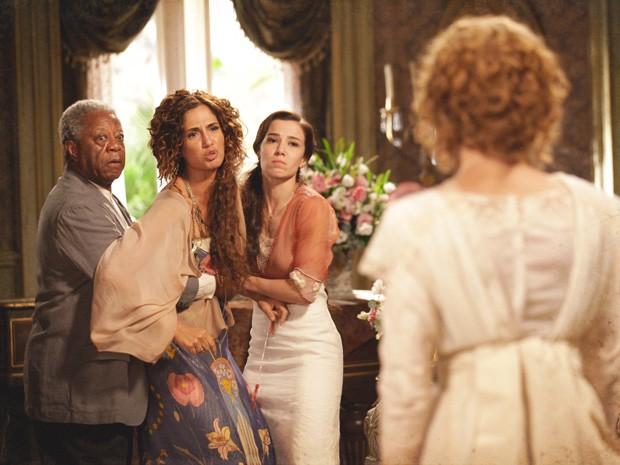 Isabel é contida por Afonso e Laura, mas despeja toda sua raiva contra Constância (Foto: Lado a Lado/TV Globo)