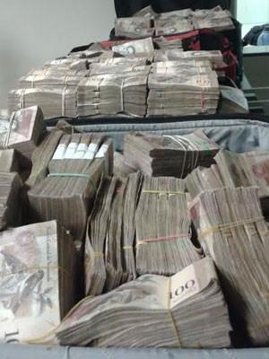 Dois homens que transportavam o dinheiro foram presos em flagrante (Foto: Cedida/Polícia Militar Rodoviária)