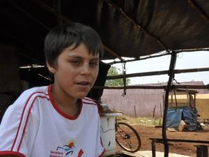Estudante mostra como é a rotina dele no acampamento, em Itumbiara, Goiás (Foto: Adriano Zago/G1)