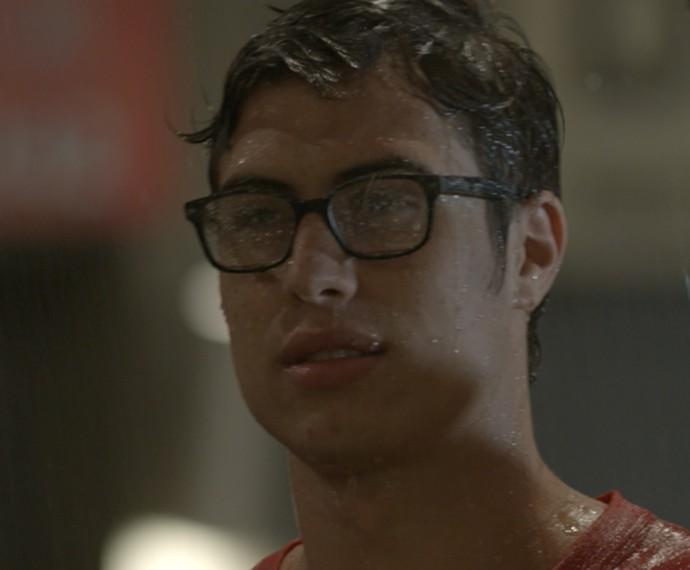 Filipe fica decepcionado ao ver beijo de Roger e Nanda (Foto: TV Globo)