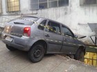 Carro fica pendurado após condutor bater em muro de hospital em MG