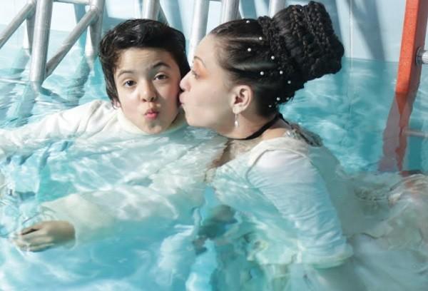 Fabíula Nascimento, que encarna Dona Fantasma, contracena na água com Nicolas Cruz, o fantasminha do título  (Foto: Elisa Bessa)
