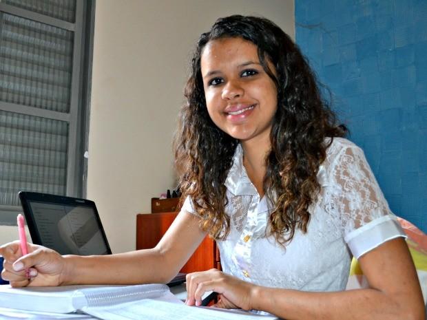 Juliana vai tentar uma vaga para o curso de Relações Internacionais em uma universidade federal. (Foto: Tatiane Queiroz/ G1MS)