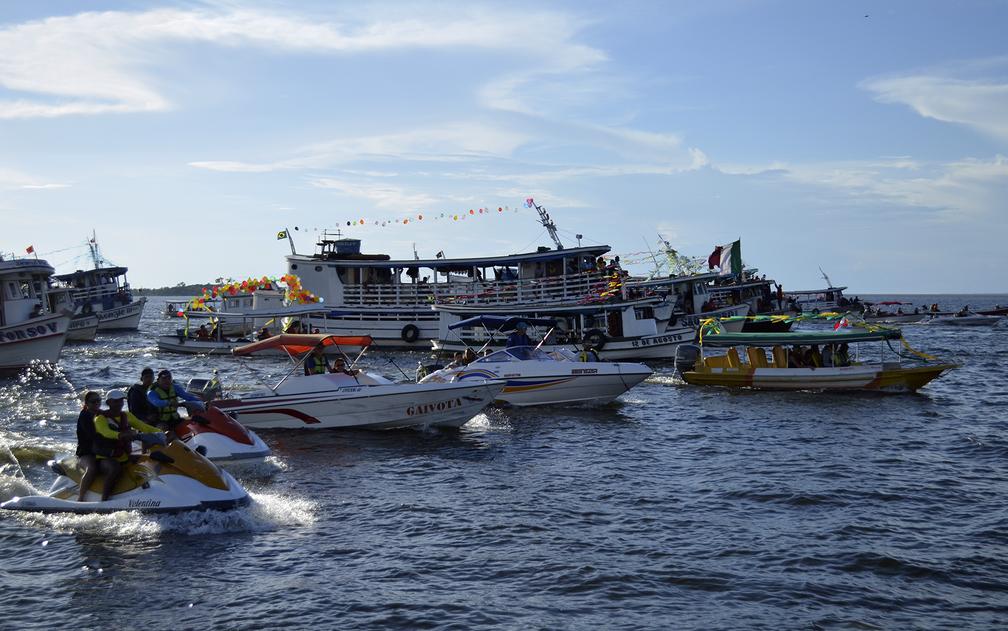 Fiéis acompanharam a procissão em vários tipos de embarcações (Foto: Geovane Brito/G1)