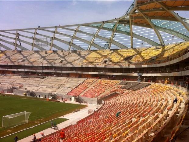 Operários trabalham na instalação de refletores na cobertura da Arena (Foto: Patrick Motta/Rádio Amazonas FM)