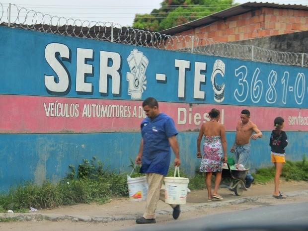 Moradores dependem de poço de escola para ter água (Foto: Romulo de Sousa/G1 AM)