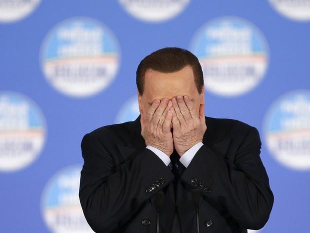 Ex-premiê Silvio Berlusconi tampa os olhos durante evento em Roma (Foto: REUTERS/Max Rossi)