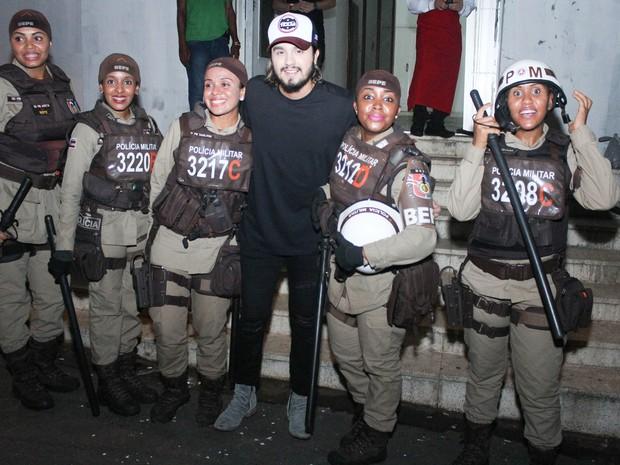 Luan Santana posou para foto com policais militares que fizeram escolta dele (Foto: Tiago Caldas/Ag. Haack)