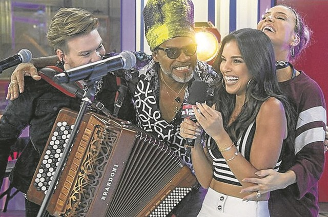 Mariana Rios com os técnicos do The voice (Foto: Maurício Fidalgo/ TV Globo)