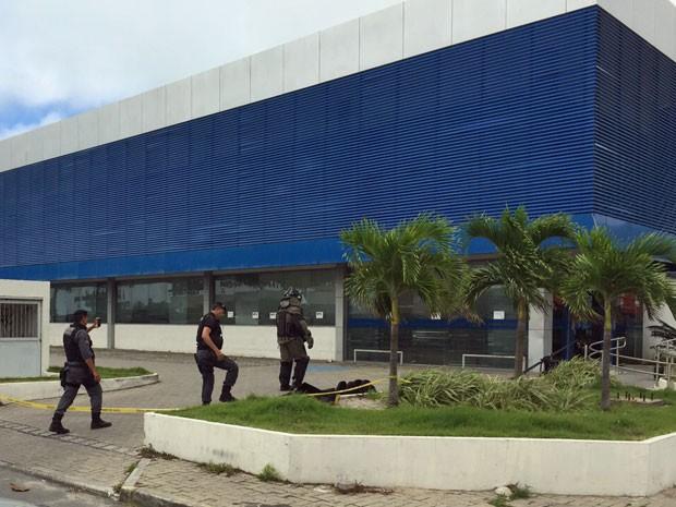 Policias federais e militares estão na agência para rastrear, retirar e destruir artefatos. Um robô da PF também participa da varredura e já encontrou três explosivos na área dos caixas eletrônicos (Foto: Pedro Lins / TV Globo)