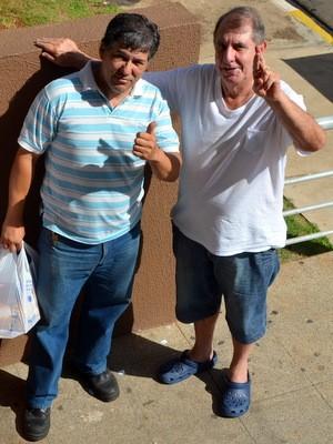 Apostadores fizeram amizades na fila da lotérica em Piracicaba (Foto: Leon Botão/G1)