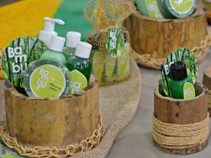 Xampu, condicionador, hidrantante e sabonetes são feitos à base de extrato de bambu (Foto: Caio Fulgêncio/G1)