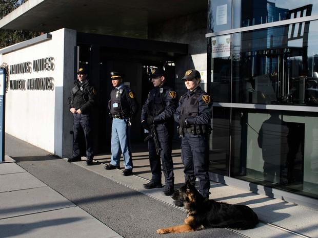 Policiais armados fazem guarda no prédio da ONU em Genebra, na Suíça (Foto: RICHARD JUILLIART / AFP)