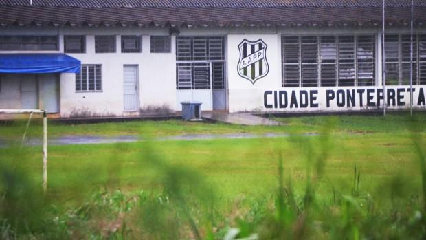 Campo do Centro de Treinamento da Ponte Preta fica alagado (Foto: Bernardo Medeiros / Globoesporte.com)