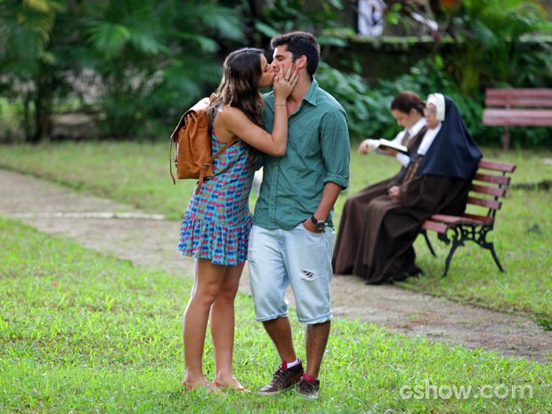 Luiza tenta animar o namorado com um beijinho (Foto: Pedro Curi/ TV Globo)