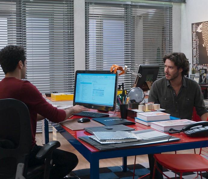 Beto conta que quer apenas se divertir com Tancinha (Foto: TV Globo)