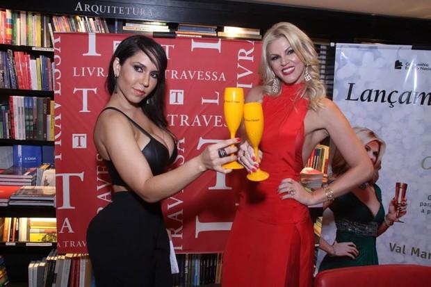 Melão ganha confere de Val Marchiori em lançamento de livro no Rio (Foto: Thyago Andrade/ Ag. Brazil News)