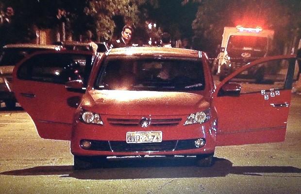 Casal é morto a tiros dentro de carro e jovem fica baleado, em Goiânia, Goiás (Foto: Reprodução/TV Anhanguera)