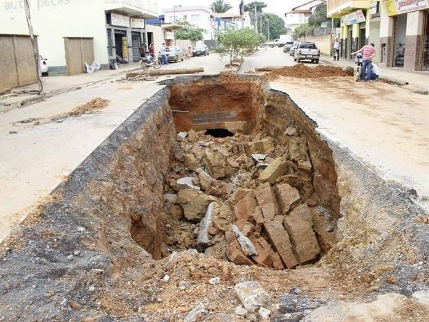 Cratera se abriu por conta das chuvas em Bambuí (Foto: Marco Antônio/Tv Bambuí)