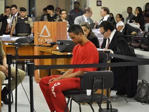06/03/2013 - Bruno durante depoimento no terceiro dia do julgamento (Foto: Renata Caldeira / TJMG)
