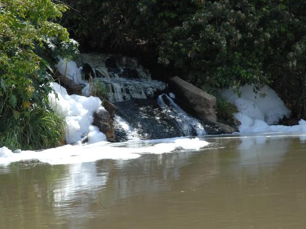 Galeria de águas pluviais derram esgoto sem tratamento no Rio Parnaíba, em Teresina (Foto: Gil Oliveira/ G1)