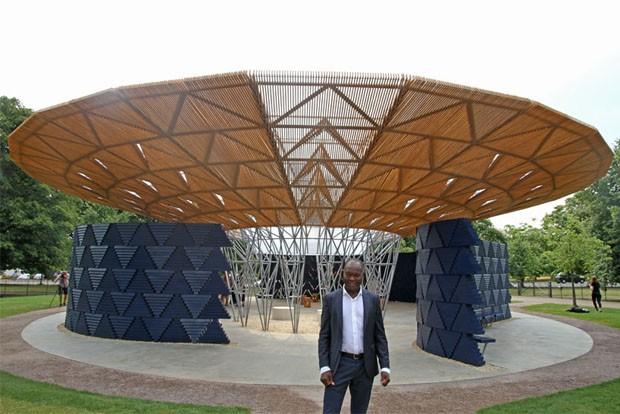 Diébédo Francis Kéré assina o pavilhão da Serpentine Gallery 2017 (Foto: Divulgação)