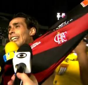 Valdivia veste camisa do Flamengo em 2012 (Foto: Reprodução)