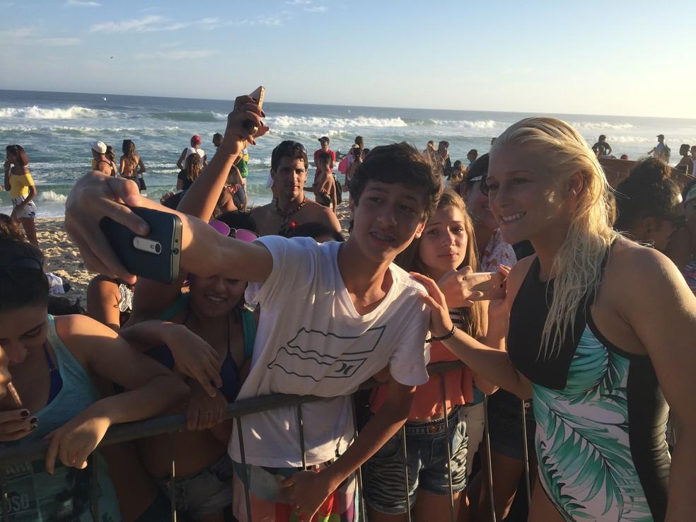 Tati deu atenção aos torcedores brasileiros após a sua estreia em Saquarema (Foto: Carol Fontes)