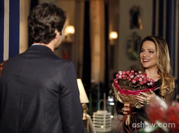 Shirley recebe Laerte que aparece sozinho e com buquê de flores (Foto: Inácio Moraes/ TV Globo)